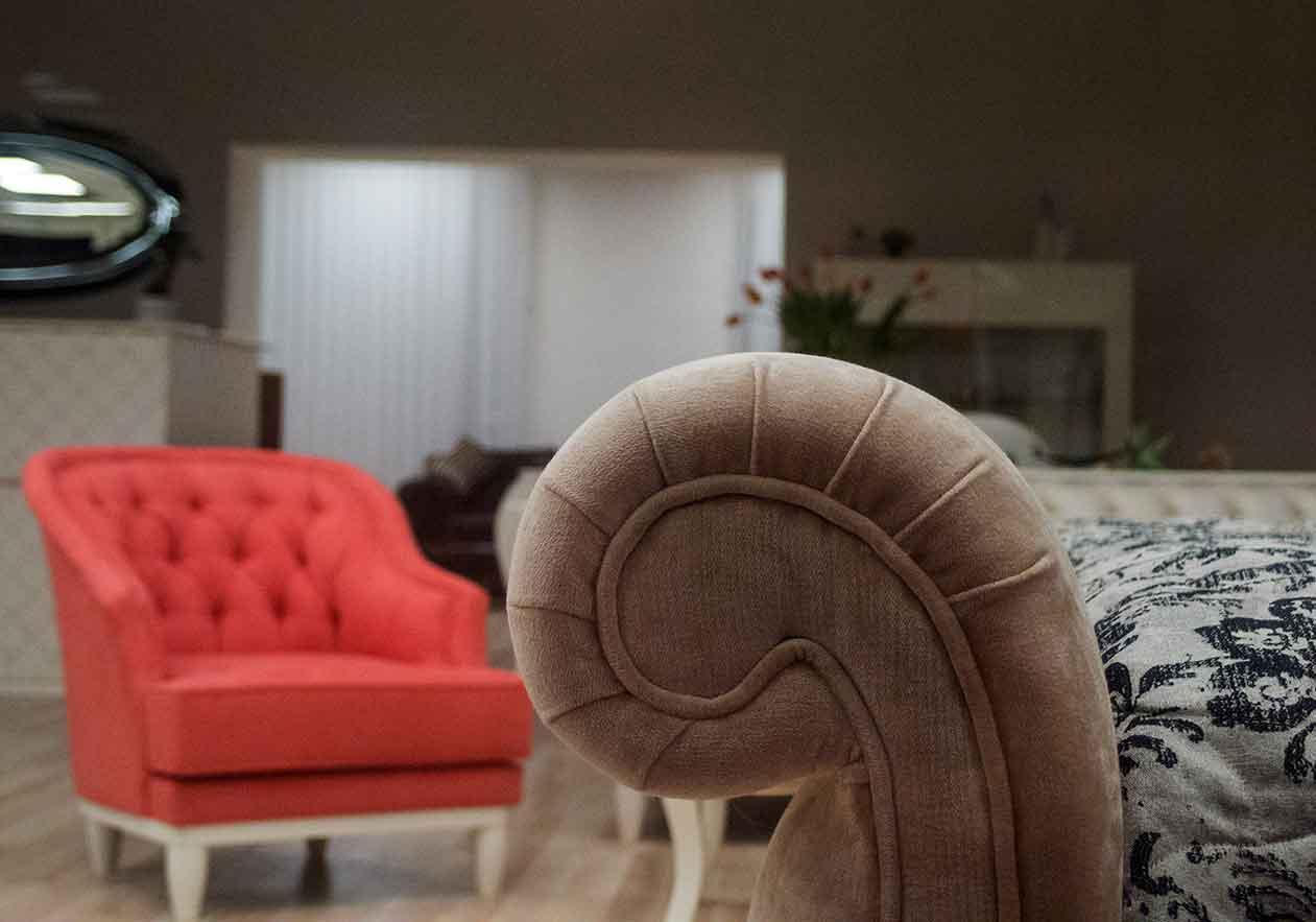 Klassisches Interieur eines Wohnzimmers: Couch und Stuhl